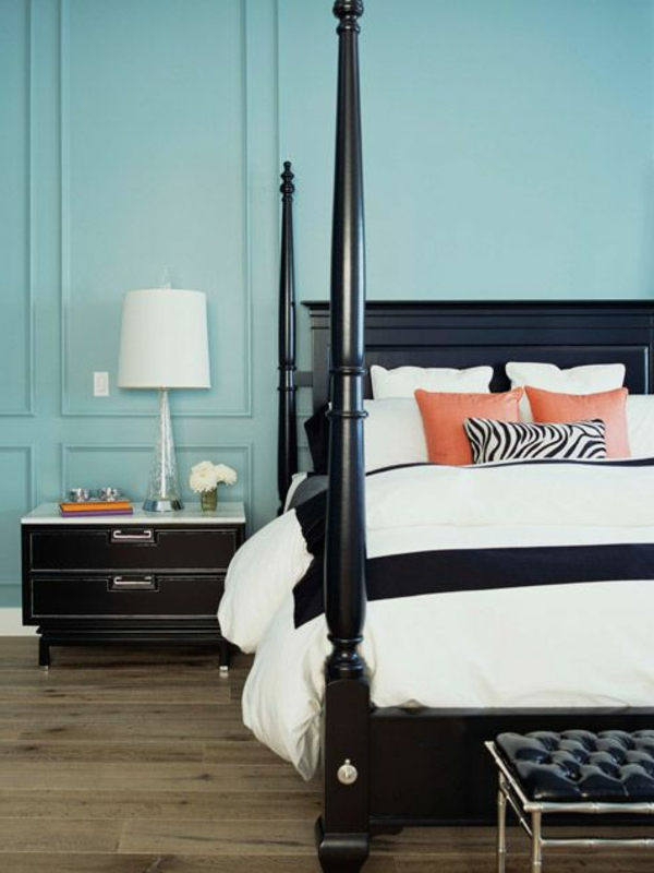 hoch bett pfosten schwarz bemalt orange kissen zebramuster Dekoideen fürs Schlafzimmer