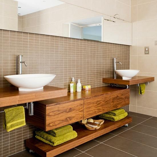 holz badezimmer aufbewahren stauraum fläche badetücher