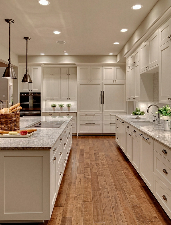 kuchenschranke farben : Eingebaute Deckenleuchten und h?ngende Lampen sorgen f?r die helle ...