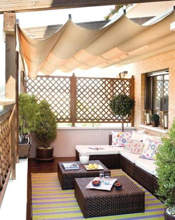 holzfliesen auf dem balkon ideen für terrassengestaltung tarrassenmöbel aus rattan sonnenschutz