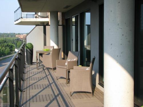 holzfliesen verlegen balkon holzboden bodenbelag rattanmöbel gartenmöbel