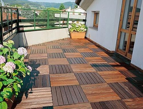 Holzfliesen verlegen holzboden auf dem balkon - Azulejos para patio ...