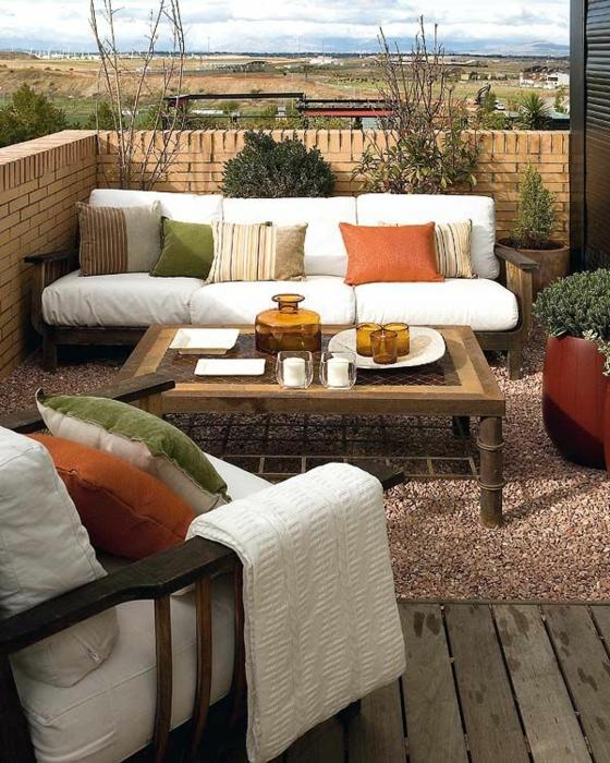 holzterrasse gestalten gartenmöbel sofa sessel terrassenholz kies