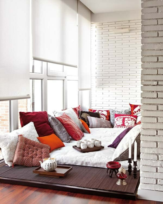 ideen-fürterrassengestaltung asiatischer stil niedrig gelegen dekokissen holzboden flächenvorhänge