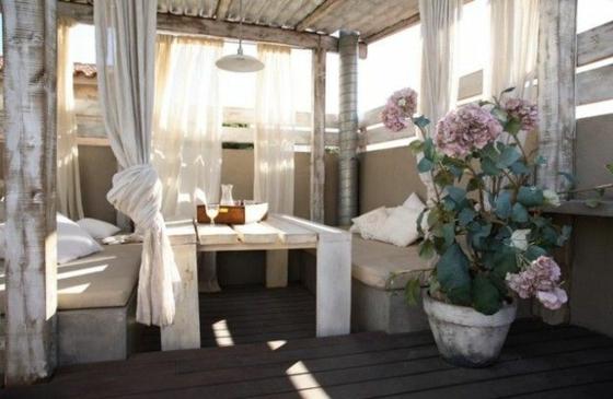 ideen für terrassengestaltung baldachin dekokissen holzdielen holzboden pergola gartenlaube