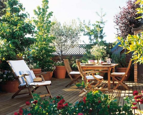 ideen für terrassengestaltung holzboden holzdielengartenmöbel pflanzen klappstühle