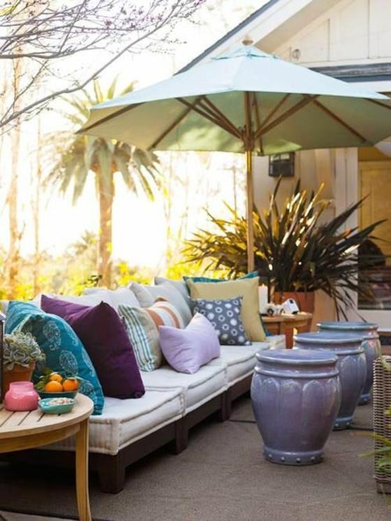 ideen für terrassengestaltung sichtschutz sonnenschirm dekokissen gartenmöbel ideen