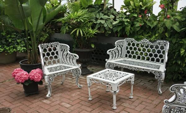 innenhof gartenideen outdoormöbel sofa sessel couchtisch schmiedeeisen