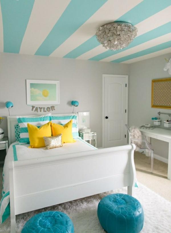 jugendzimmer einrichten gestrichene decke weißblau lederhocker