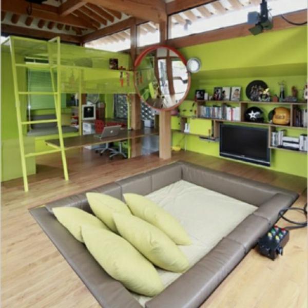 jugendzimmer gestalten grüne akzente dekokissen quadratbett tv