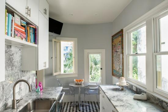 küche mit essbereich einrichten arbeitsplatte acrylstühle rundtisch