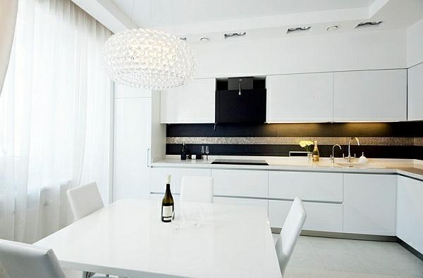 küche weiß glatte küchen oberfläche pendellampe