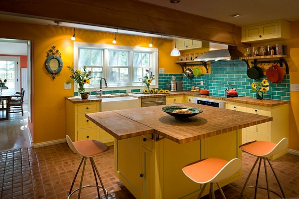 küchenrückwand türkis fliesen gelb leuchtend hocker lehnen küchenarbeitsplatte