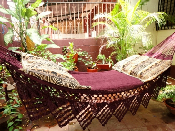 kleine terrasse einrichten terrassengestaltung ideen hängematte pflanzen