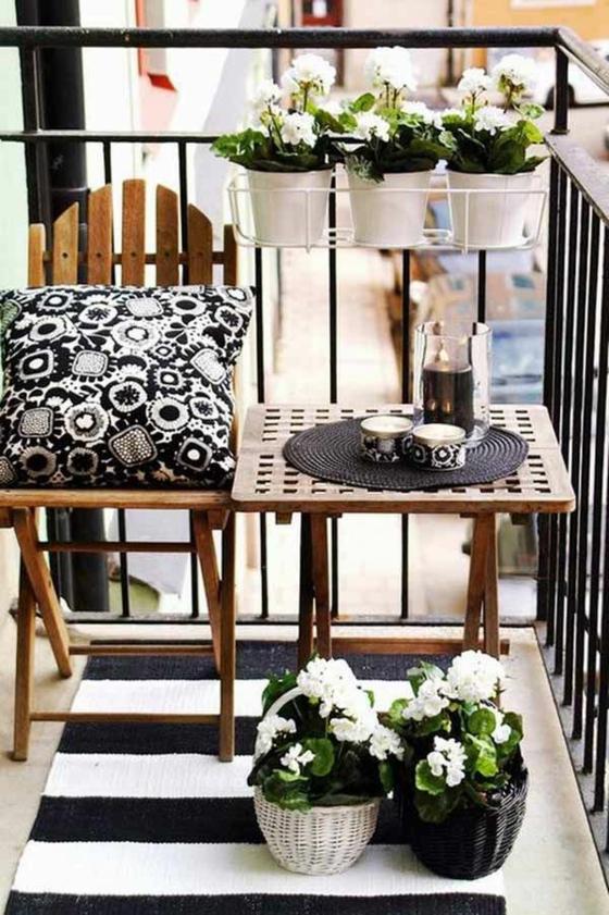 kleine terrasse terrassengestaltung ideen holzmöbel läufer schwarz weiß