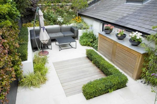 kleiner garten gartengestaltung buchsbaum graue couch sitzecke gartenmöbel