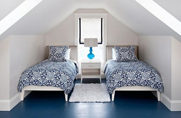 kompakt schlafzimmer einzelbetten gemustert bettwäsche tischlampen