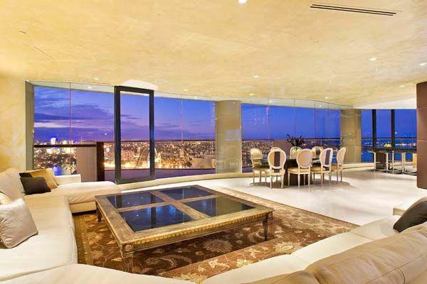 luxuriöses wohnzimmer große fenster  quadrat tisch