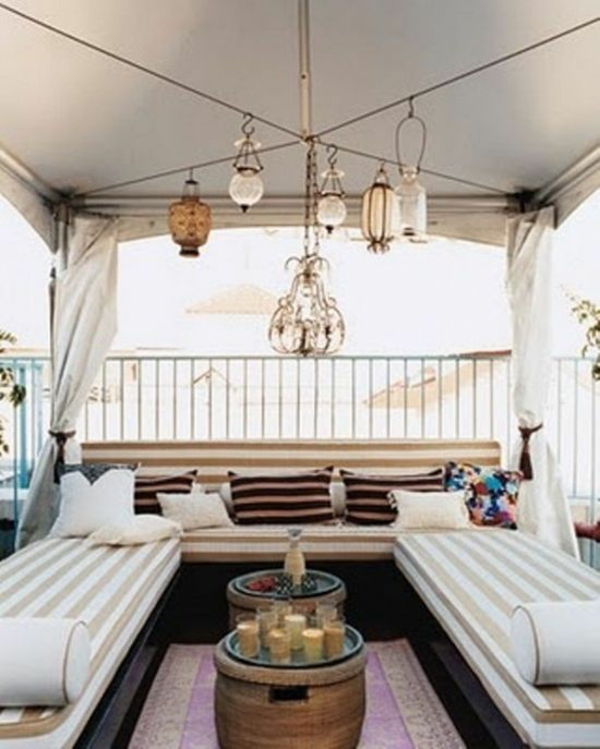 modern balkongestaltung kronleuchter rundtisch