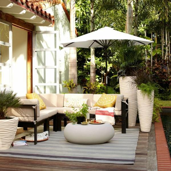 Moderne Balkongestaltung Dekoideen Blumentöpfe Rundtisch Sofa