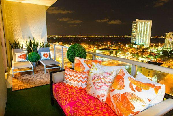 moderne balkongestaltung farbenfroh sitzecken immergrüne pflanzen