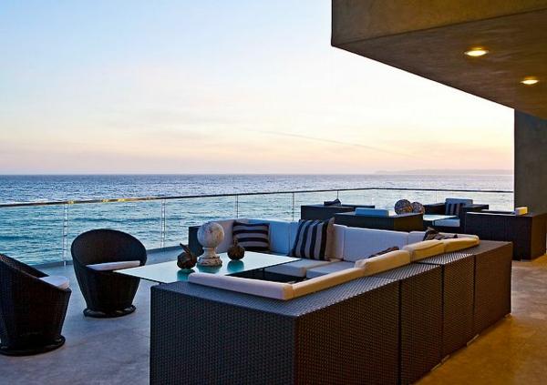 moderne terrasse gestalten rattanmöbel dekokissenbeleuchtung