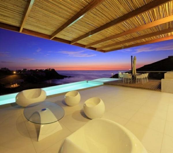 moderne terrassengestaltung futuristisch hocker pool sitzecke