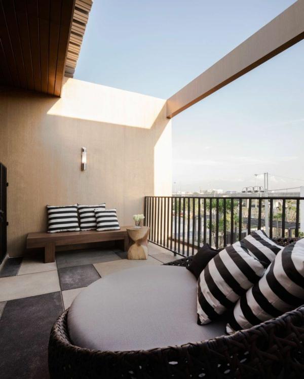 moderne terrassengestaltung kleiner balkon gestreifte kissen design ideen korbmöbel