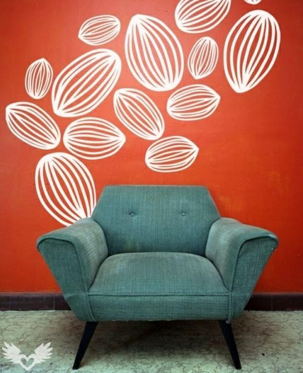 moderne wand streichen ideen rot weiße figuren blauer sessel