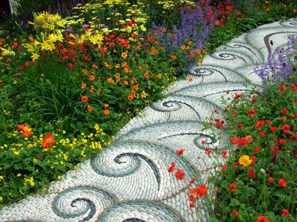 mosaik pfad gartengestaltung ideen sommerblumen natursteine rund