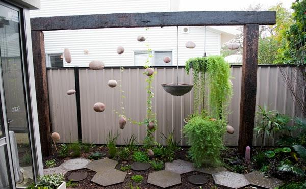 nachhaltig garten hängepflanzen steinplatten