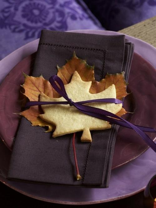 blätter herbst tischdeko originell lila farben Ideen für Tischdeko im Herbst