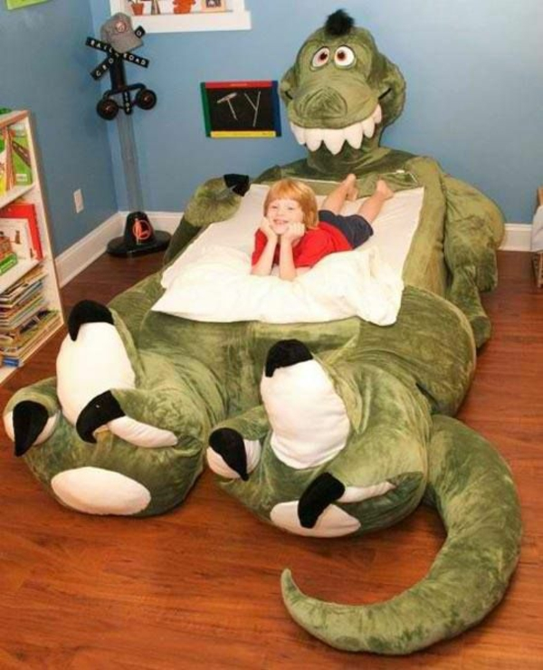 plüsch dinosaurier im kinderzimmer bett