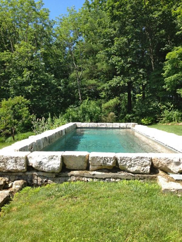 pool im freien bauen umrandung mit steinen