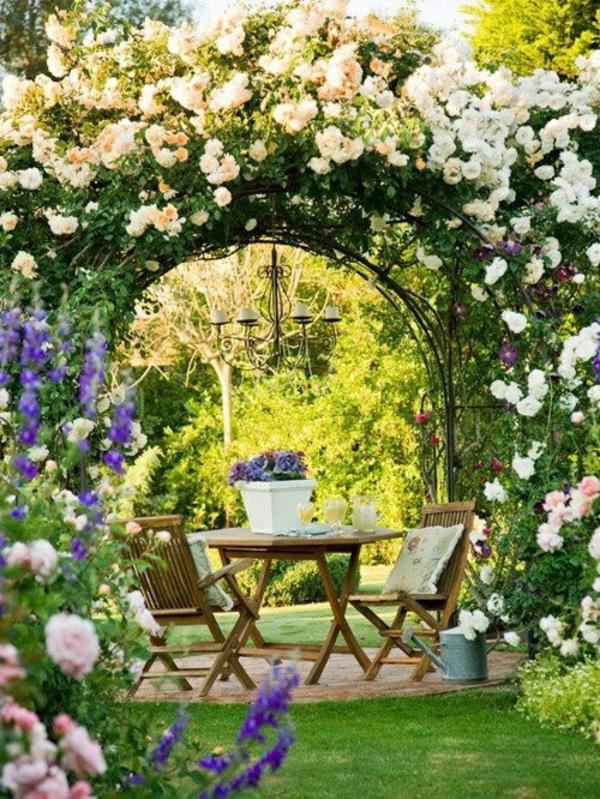 romantische sitzecke unter den bäumen