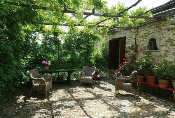 schattenspender terrassensichtschutz sonnenschutz ideen pflanzen rattan gartenmöbel