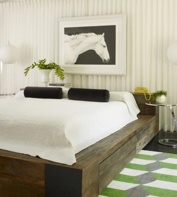 schlafzimmer bettgestell holz massiv gemälded deko Dekoideen fürs Schlafzimmer
