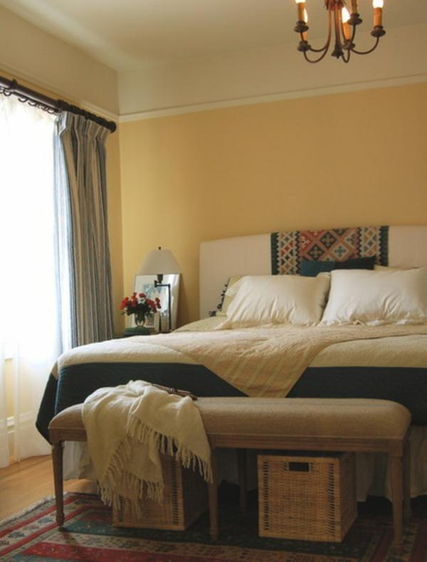 schlafzimmer wohnung einrichten lebendige texturen korbkiste bettwäsche