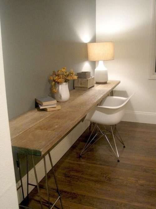 ... , lange Holzplatte auf Metallgestell – Schreibtisch selber bauen