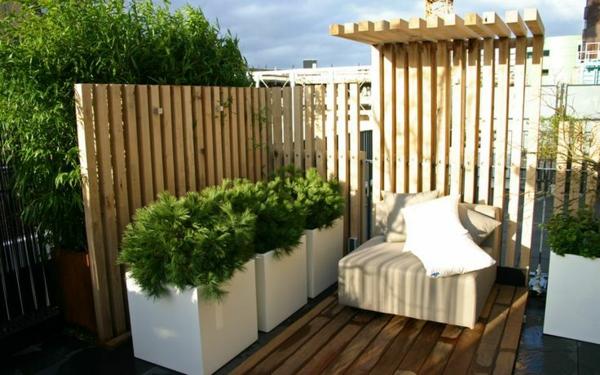 sichtschutz terrasse aus holz pflanzen holzdielen möbel