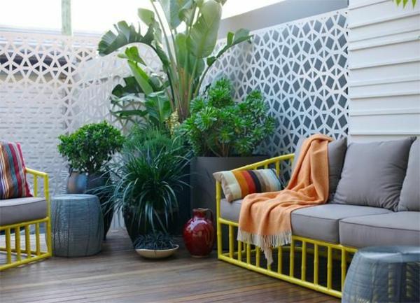 sichtschutz terrassse weiße metall konstruktion pflanzen terrassenmöbel