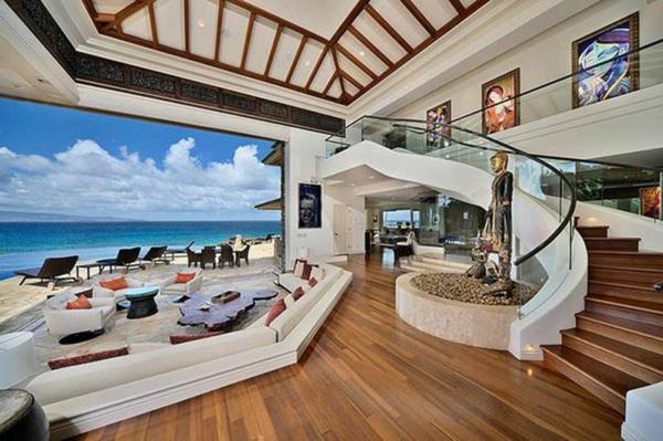 sommerhaus breites  wohnzimmer decke holzornamente sofa meerblick