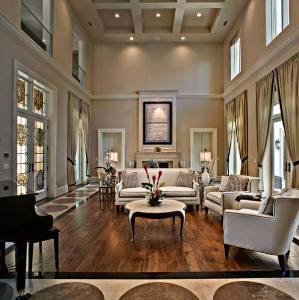 symmetrische gestaltung im wohnzimmer hohe decke sofa