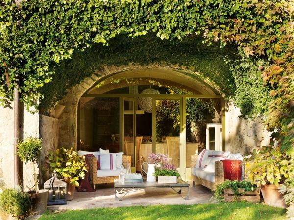 terrasse garten anlegen gartenmöbel sofa sessel couchtisch kletterpflanzen