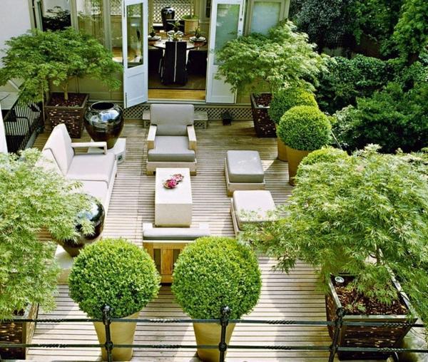 terrasse gestalten grüne pflanzen sitzecke