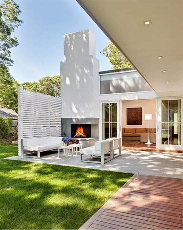terrasse gestalten modern rasen kamin stehlampe möbel