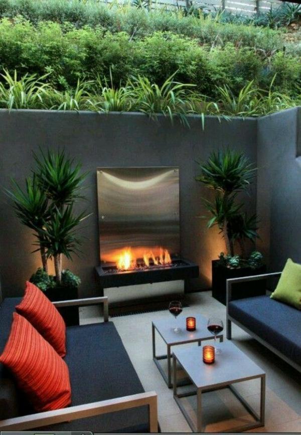 terrasse gestalten sofa tisch feuerstelle pflanzen