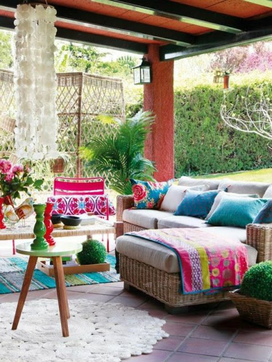 terrassenüberdachung terrassengestaltung ideen rattanmöbel farbig lebendige sichtschutz