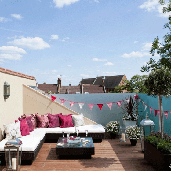 terrassengestaltung dachterrasse gestalten rattan gartenmöbel laternen