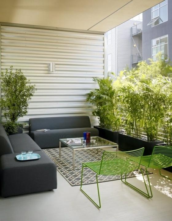 terrassengestaltung ideen außenmöbel sofa stühle couchtisch teppichbodensichtschut  pflanzen